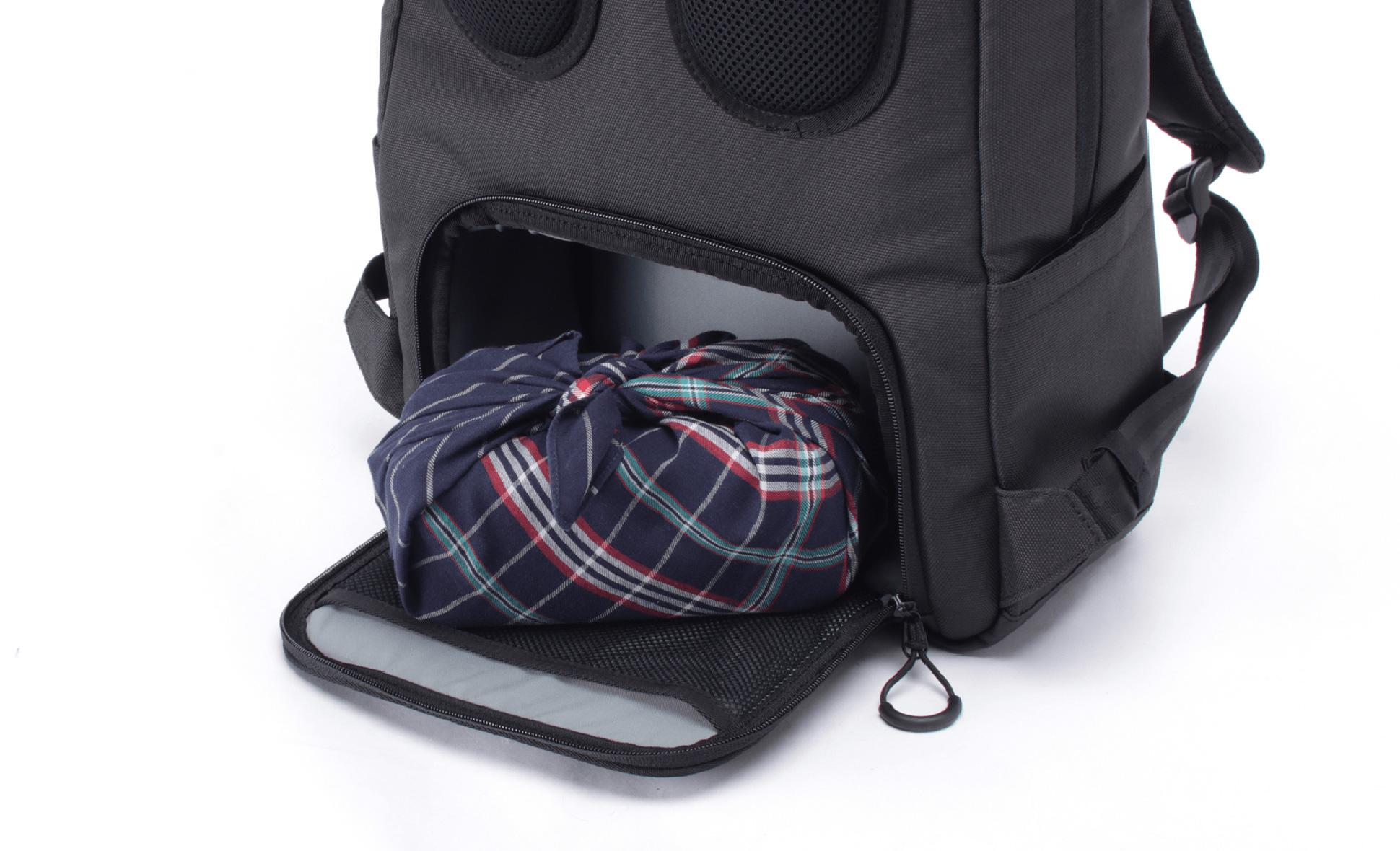 背面のクッション入りボックス型の収納スペースにはランチボックスや貴重品などの収納が可能