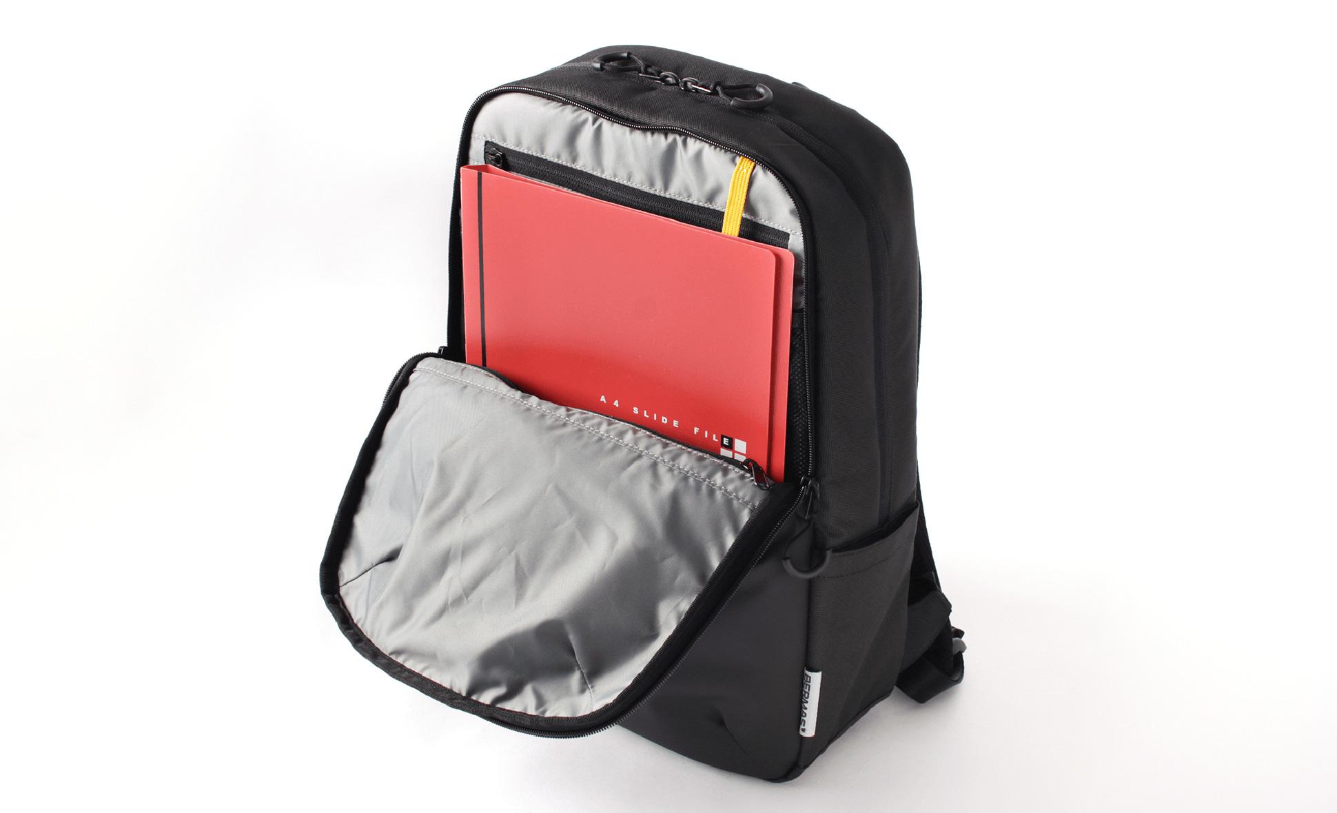 フロントポケットには薄型A4ファイルの収納が可能。