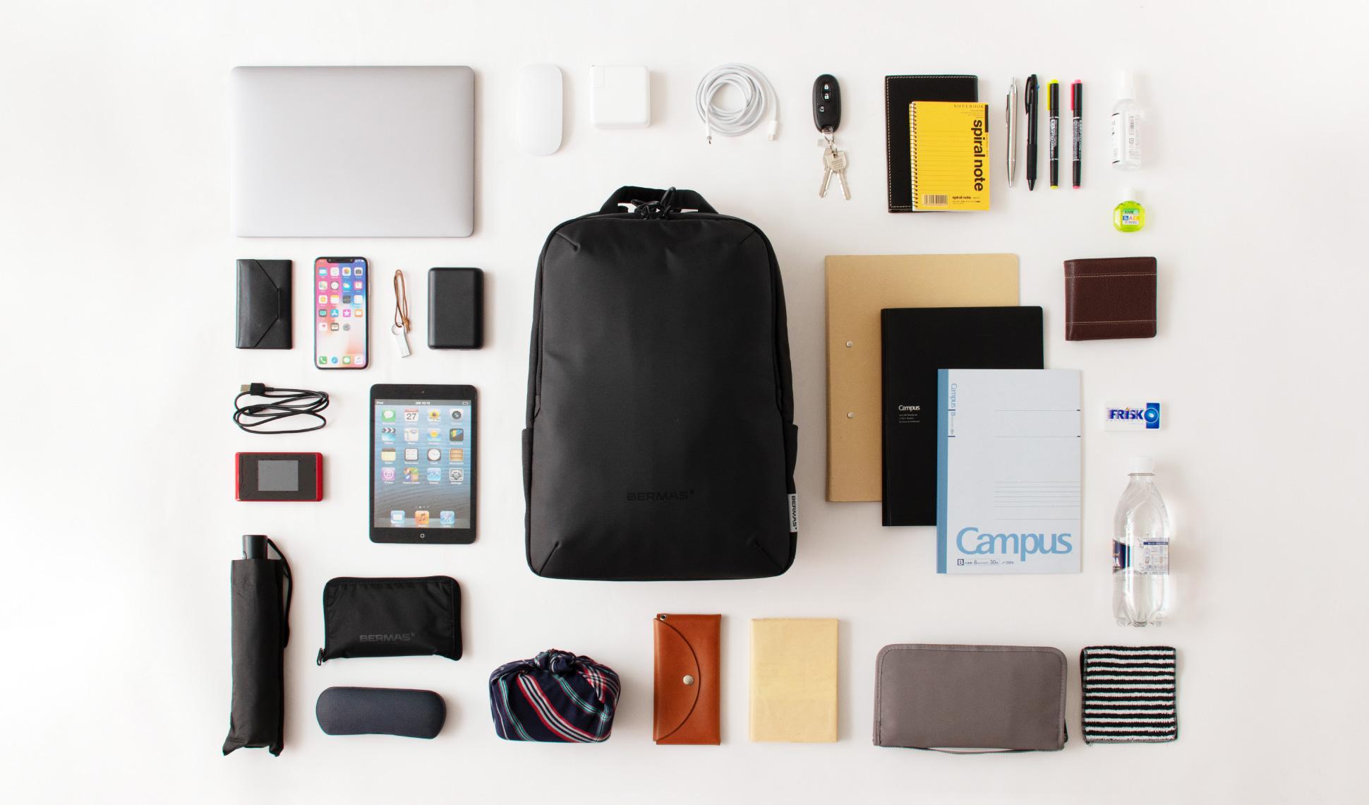 ノートパソコンやタブレット、A4ファイル、手帳、ペットボトルなど、これだけのアイテムをバッグの中に収容できます