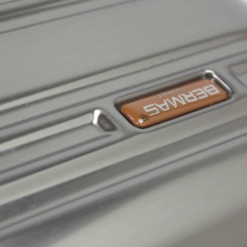 金属蒸着シートを使用したメタリックな質感の100周年記念モデル
