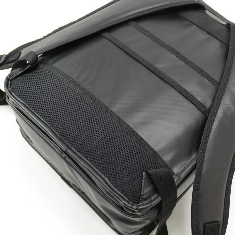 インターシティコーティング ビジネスリュック 背面の腰部分は通気性のよいメッシュ仕様
