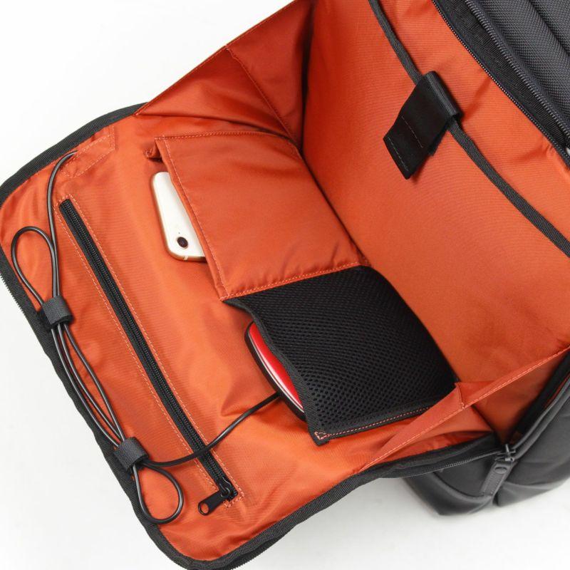 バウアー3 USB充電ポート付きリュック、充電器も前ポケットに収納しやすい