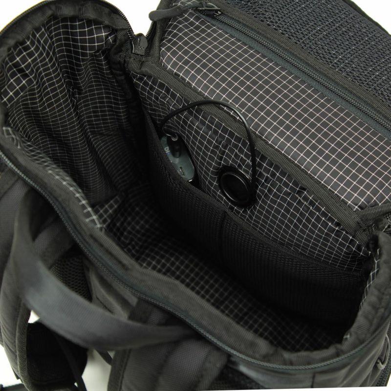 荷物を収納しやすいようにポケットを配置したメインルーム