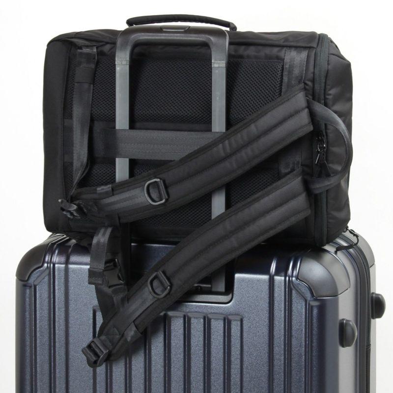 背面にキャリーオン機能付きでスーツケースとの併用もできて便利