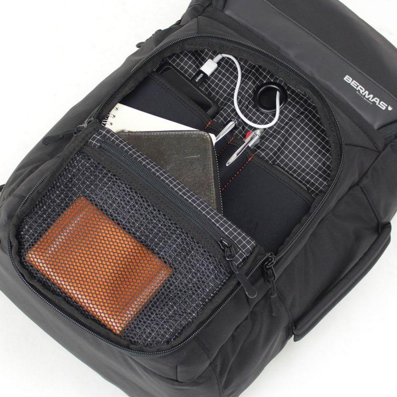 メインルームにモバイルバッテリーを収納したままモバイル機器の充電可能なコードホール付き前ポケット