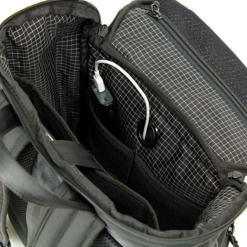 クッションポケット付属でモバイルバッテリーなどの機器も収納しやすいメインルーム