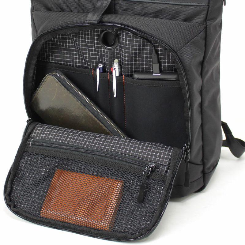 ビジネス小物収納に便利なオーガナイザーを装備したマチ付き前ポケット