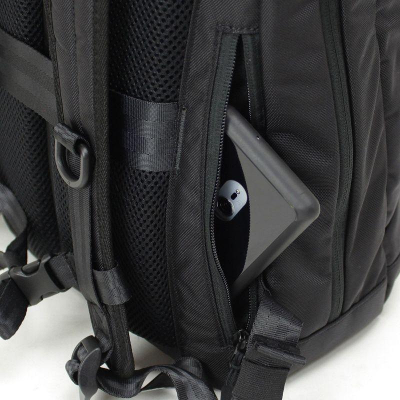 背中部分からの開閉式で防犯上安心な隠しポケット付属