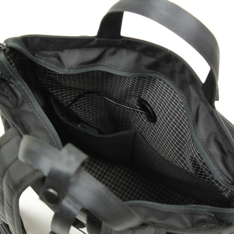 荷物を収納しやすいレイアウトでモバイルバッテリーの収納に最適なクッションポケットをメインルームに付属
