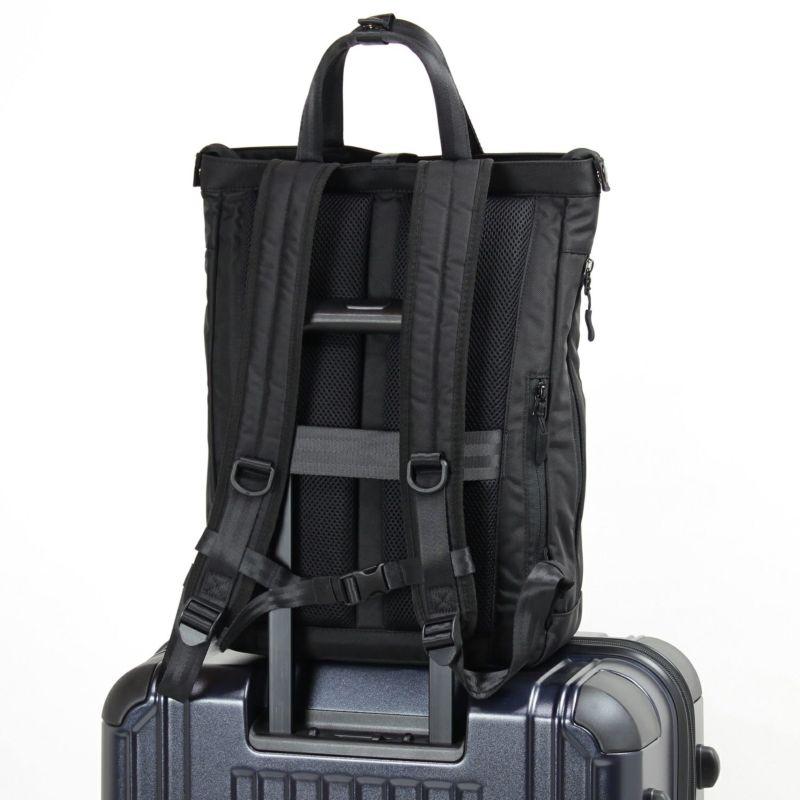 キャリーオン対応ベルト付属で出張などのスーツケースとの併用も快適に使用できます