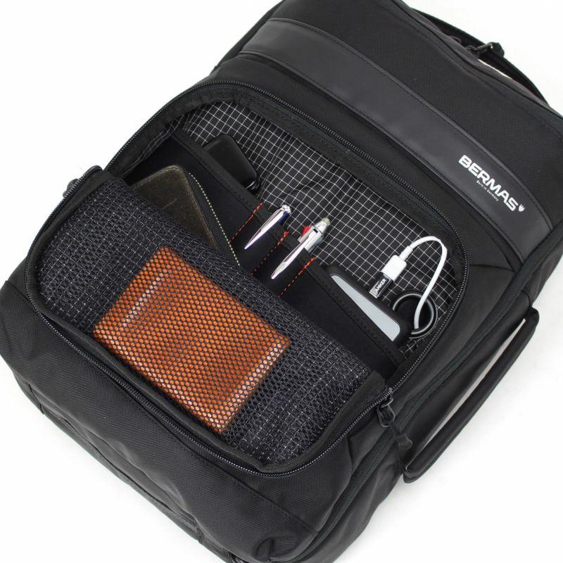 前ポケットは充電ケーブル用のコードホール付きで1つのモバイルバッテリーで複数のモバイル機器の充電も楽々