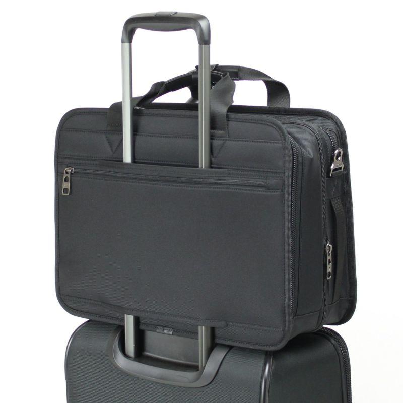 出張などのスーツケースと併用する場合にも便利なキャリーオン機能