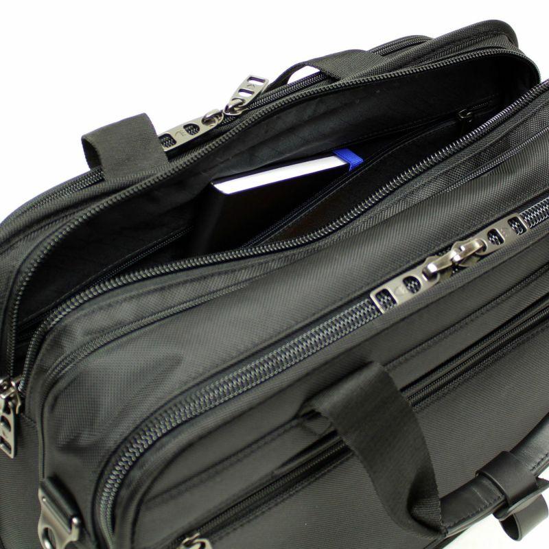 前面側のメインルームにファスナー付きポケットを配置し小物もすっきり収納可能