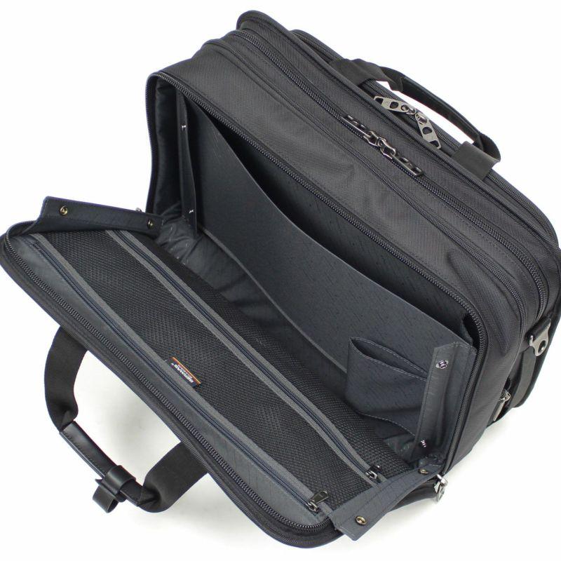 サイドのスナップを外せばフルオープンなり荷物の出し入れしやすく収納しやすい