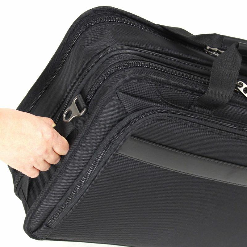 フラットなサイドハンドルは荷物の取り回しがしやすく便利