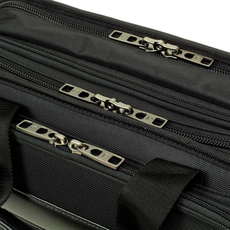 信頼性の高いYKK製ファスナー、メインファスナーは南京錠の併用できて防犯上も安心