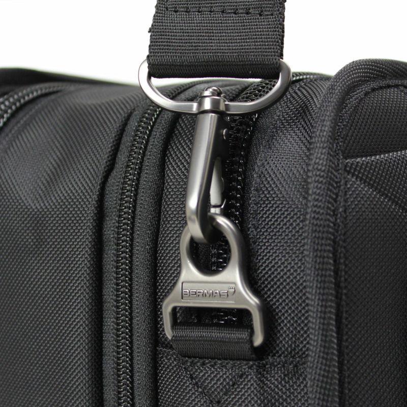 使いやすさとクールなデザインBERMASのロゴ入りショルダーベルト金具