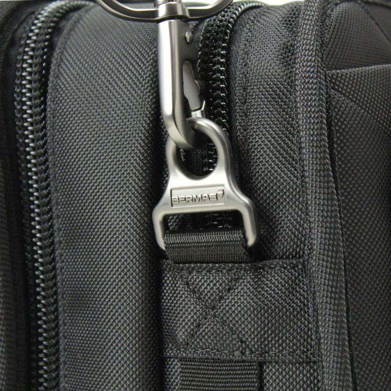 ディグリー ブリーフ BERMASのロゴ入りショルダーベルト金具