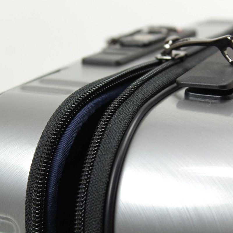 メインファスナーはYKK製のダブルファスナーを採用
