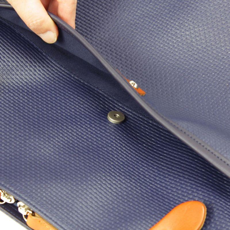 前面のゆったりとしたサイズのポケットはマグネットで留める仕様なので、簡単に開閉が可能