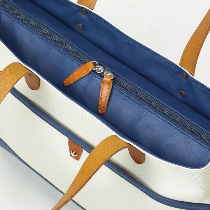 牛革付属の取っ手部分で開け閉めしやすいファスナーは、信頼性の高いYKK製