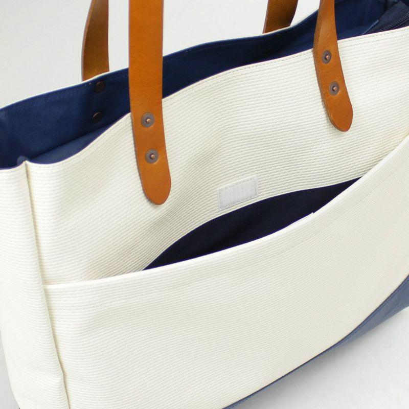 ゆったりとしたサイズの背面ポケットはマジックテープ付きでバッグ内容物の落下を防ぎます