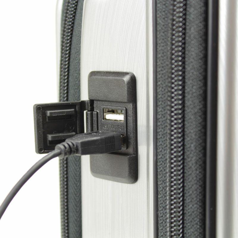 スマートフォンなどモバイル機器を充電できる2口付きUSBポートを装備