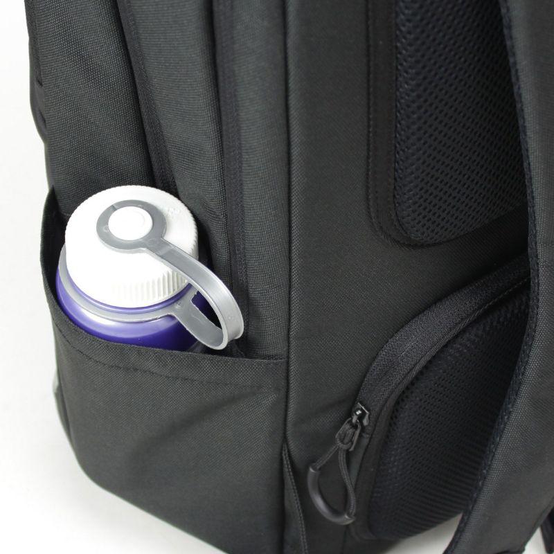 折りたたみ傘やペットボトル収納に最適なポケットを両サイドに配置