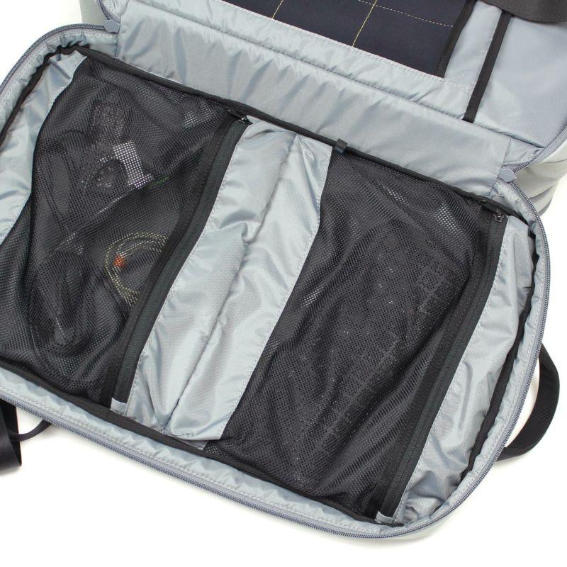 デジタルガジェットやビジネス小物も整理しやすいメッシュポケットを2段配置したバックパック
