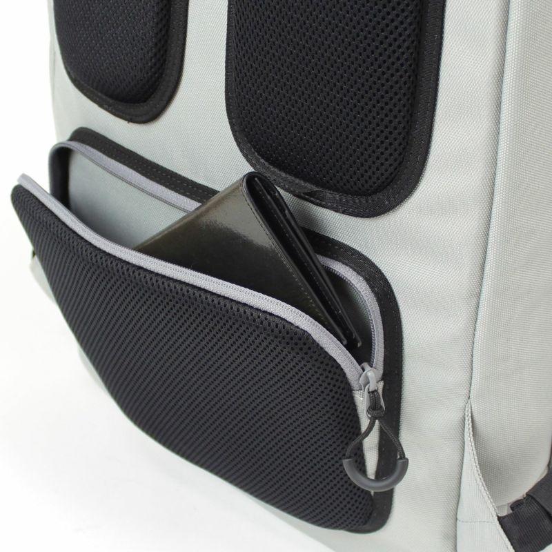 背面の隠しポケットはセキュリティ面でも安心で財布やスマートフォン入れに便利