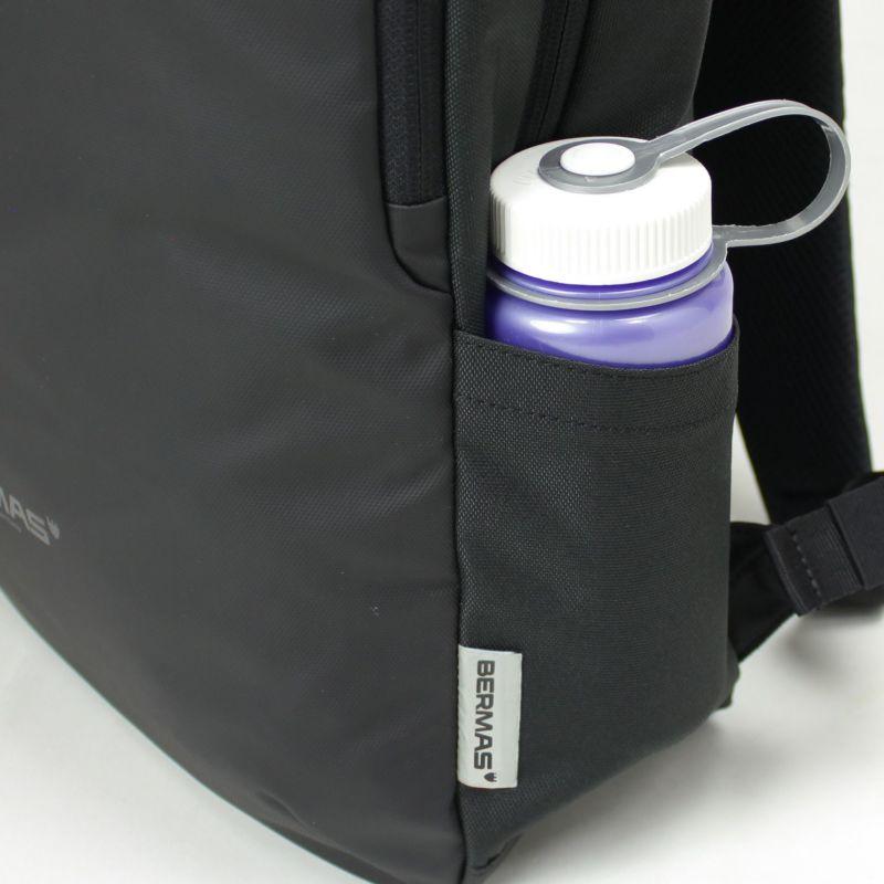両サイドにペットボトル入れに便利なオープンポケットを配置