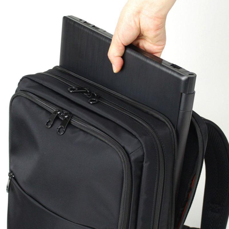 15インチのノートパソコンも収納可能なクッションポケット収納