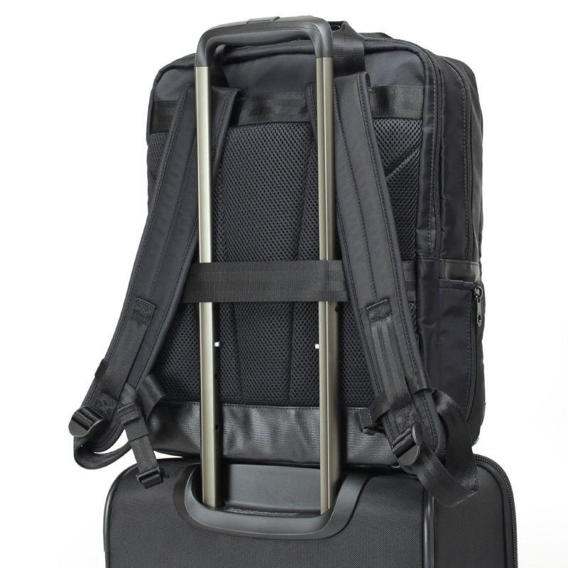 キャリーオン仕様でスーツケースとの併用にも便利