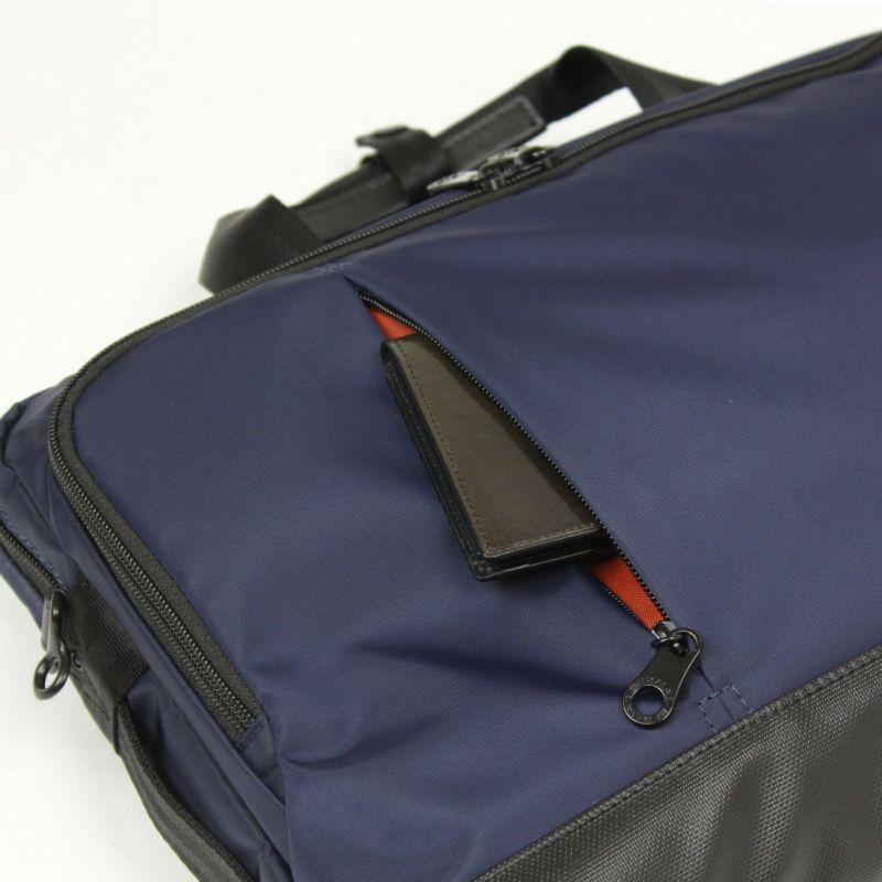 小物収納に便利なファスナー付き前ポケット