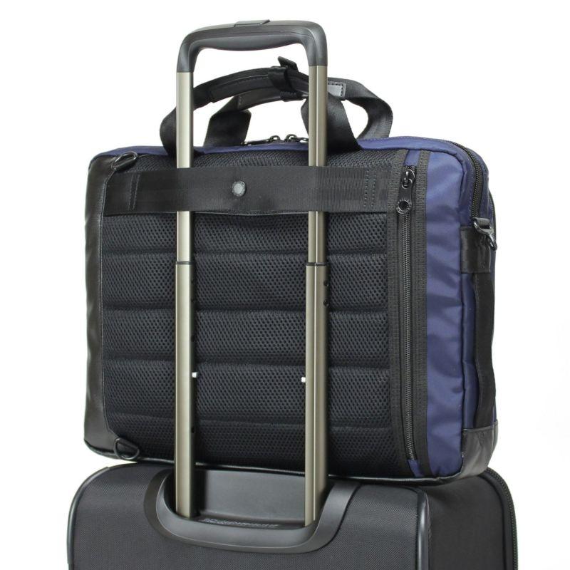 キャリーオン仕様で出張等スーツケースとの併用にも便利です